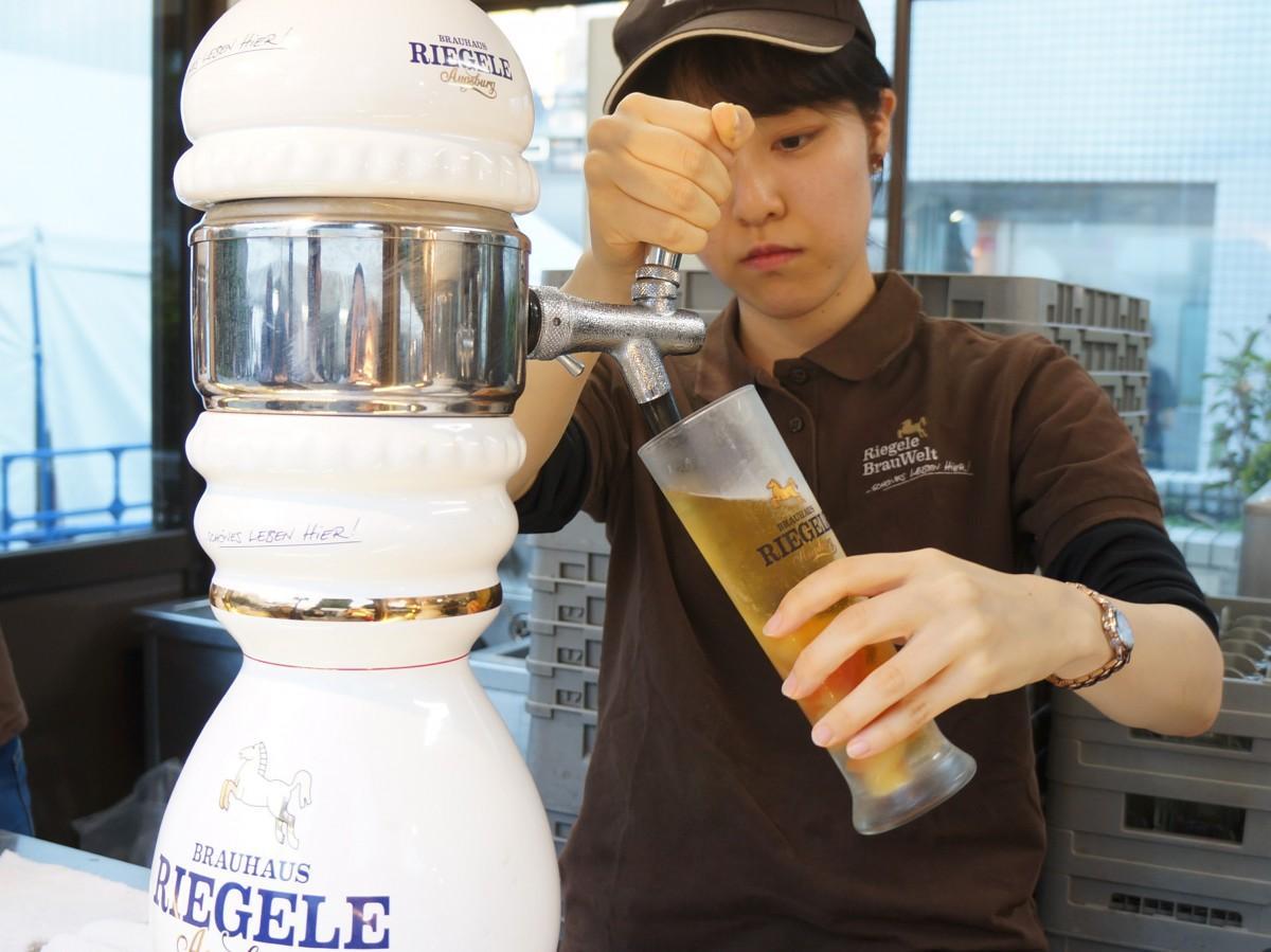 陶器製サーバーから注がれる「リーゲレ」の生ビール