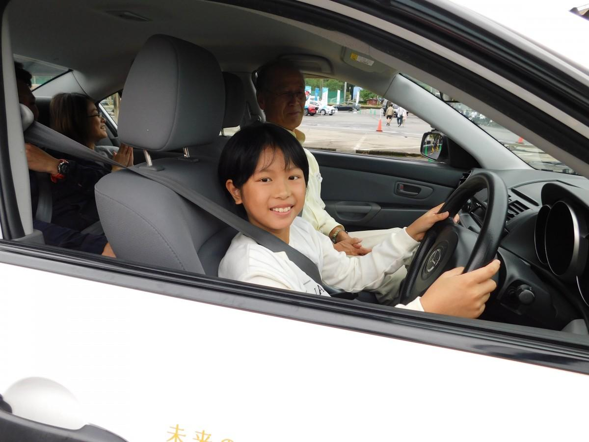 教習所の教官指導の下、実際の車を運転できる
