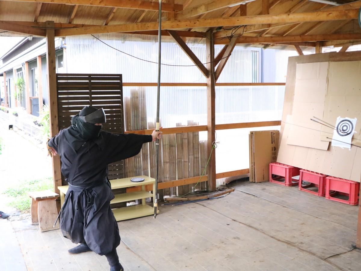 忍者体験会で矢を放つ甚川さん