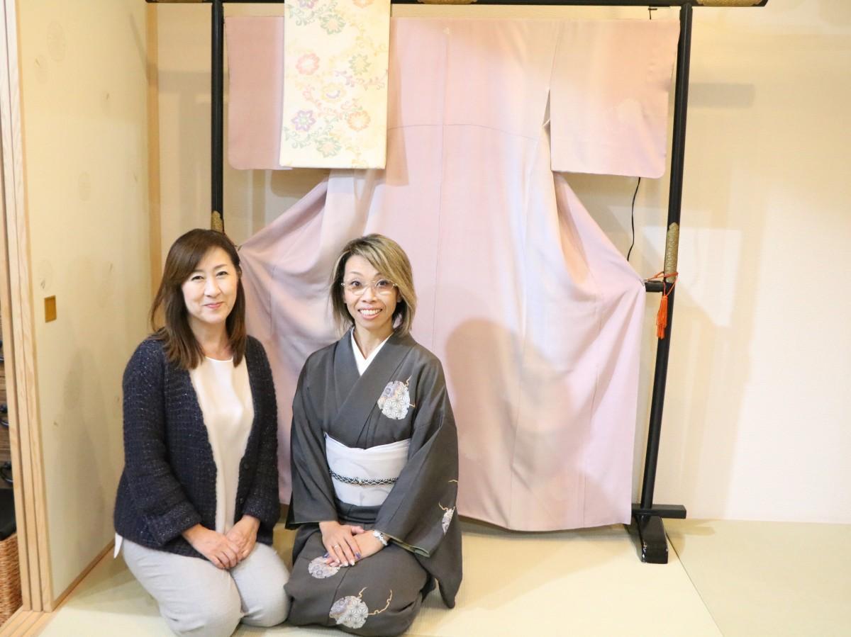 フリマを企画した佐藤さんとリサイクル着物店「和楽市」の島村店長