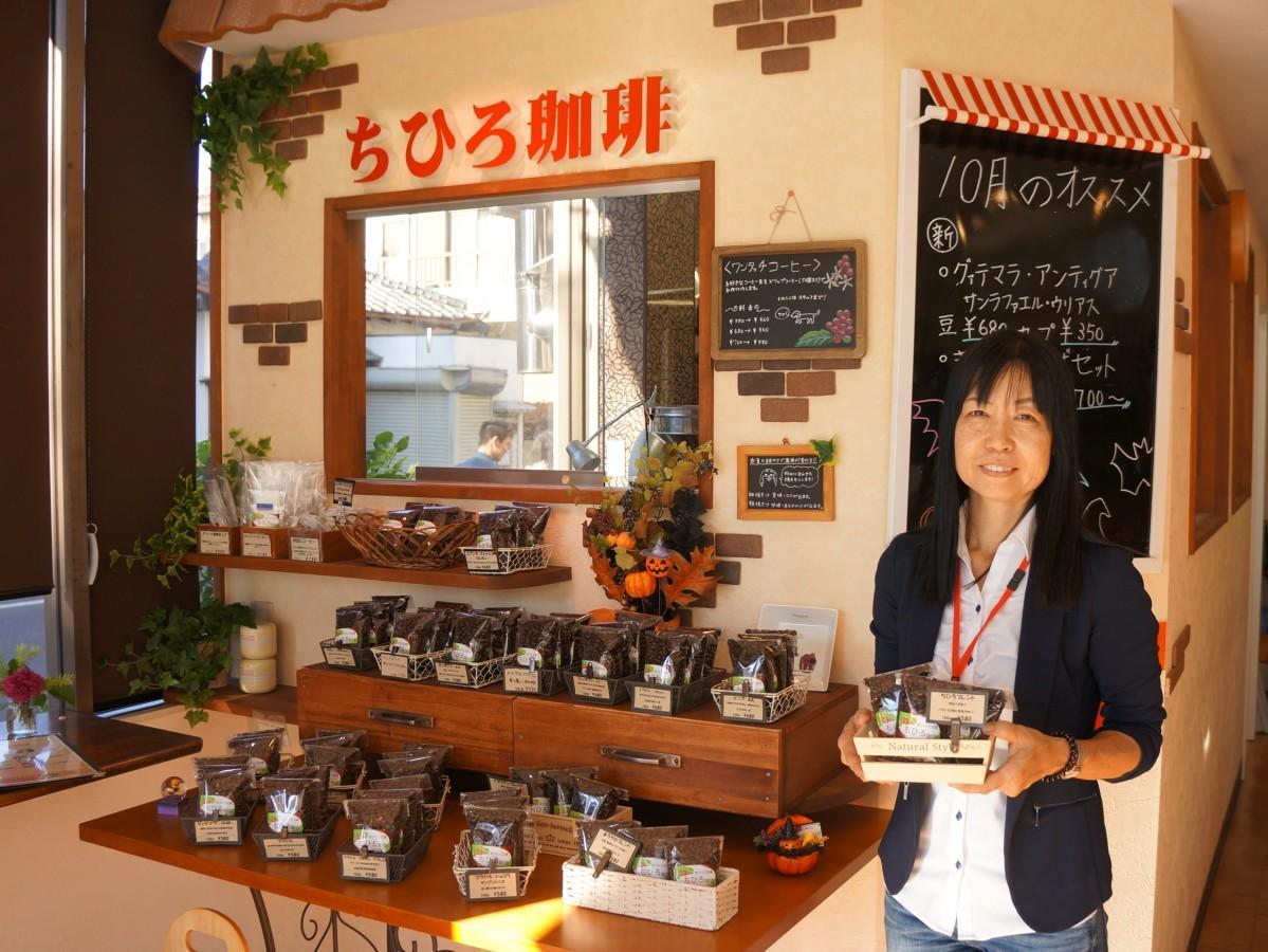 自家焙煎のコーヒー豆を手にする高橋さん