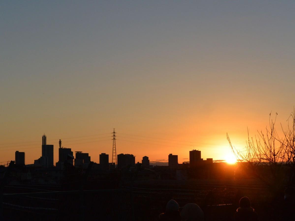 さいたま新都心の風景に寄り沿う初日の出