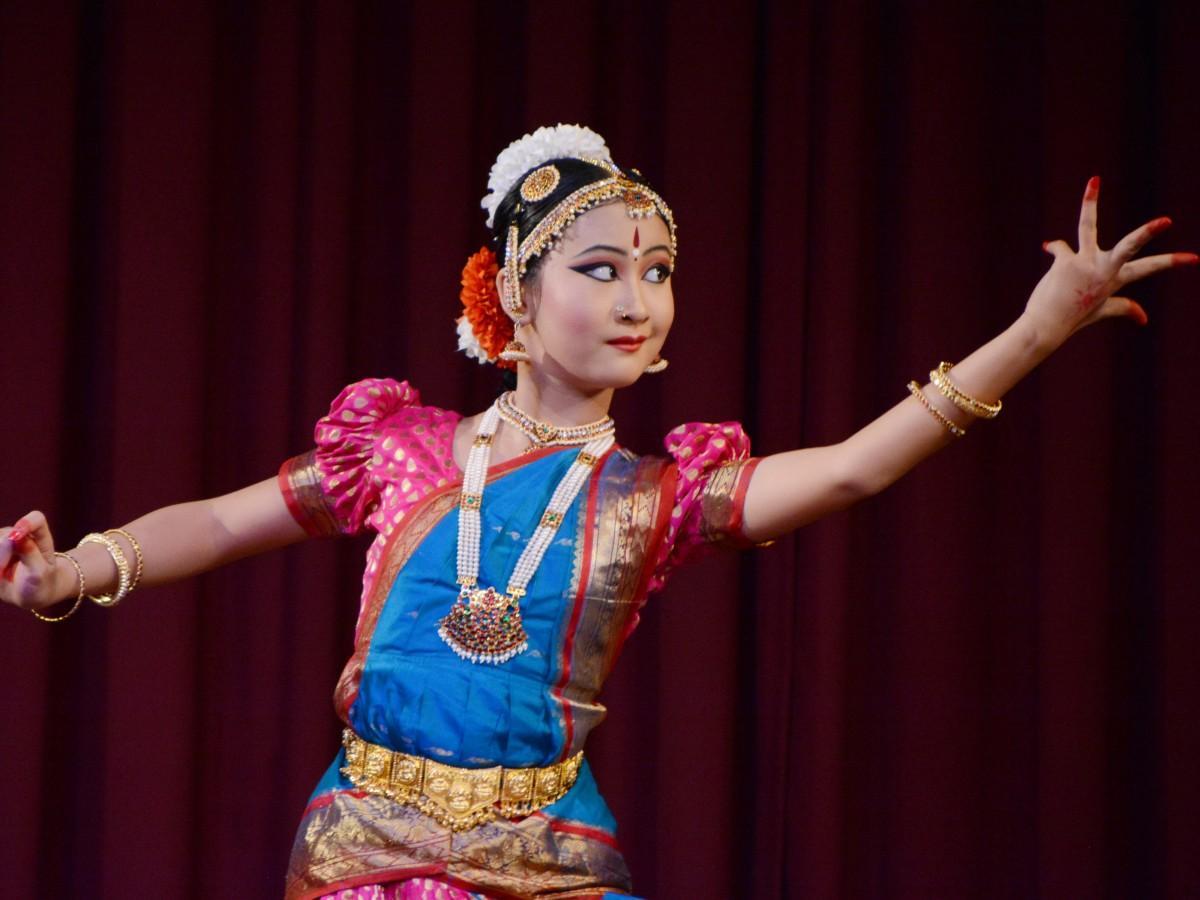 華やかな衣装で踊るカナメさん