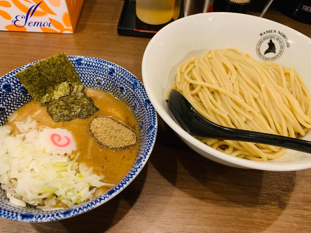 つけ麺はコシのある麺と濃厚な豚骨魚介スープ