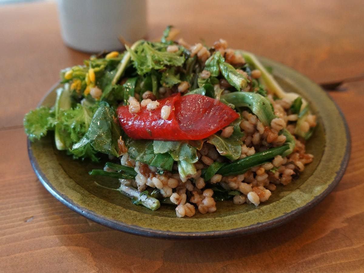 味付けに埼玉県産のおなめ(なめみそ)を使った定番メニュー「大麦のサラダ」