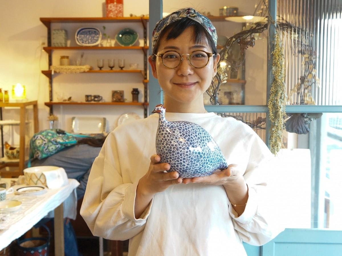 フランスの工房で作られたホロホロ鳥のオブジェと、店主の渋谷さん