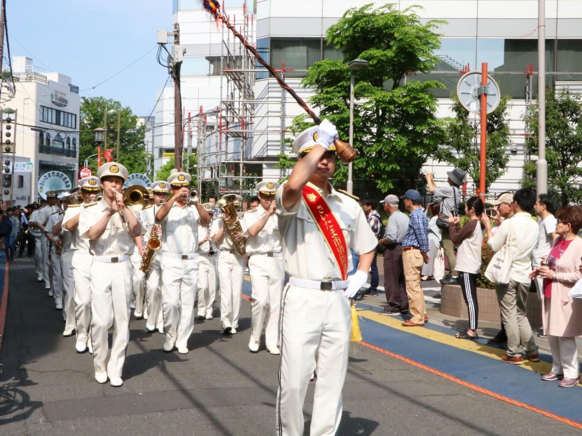 パレードに参加するさいたま市消防音楽隊