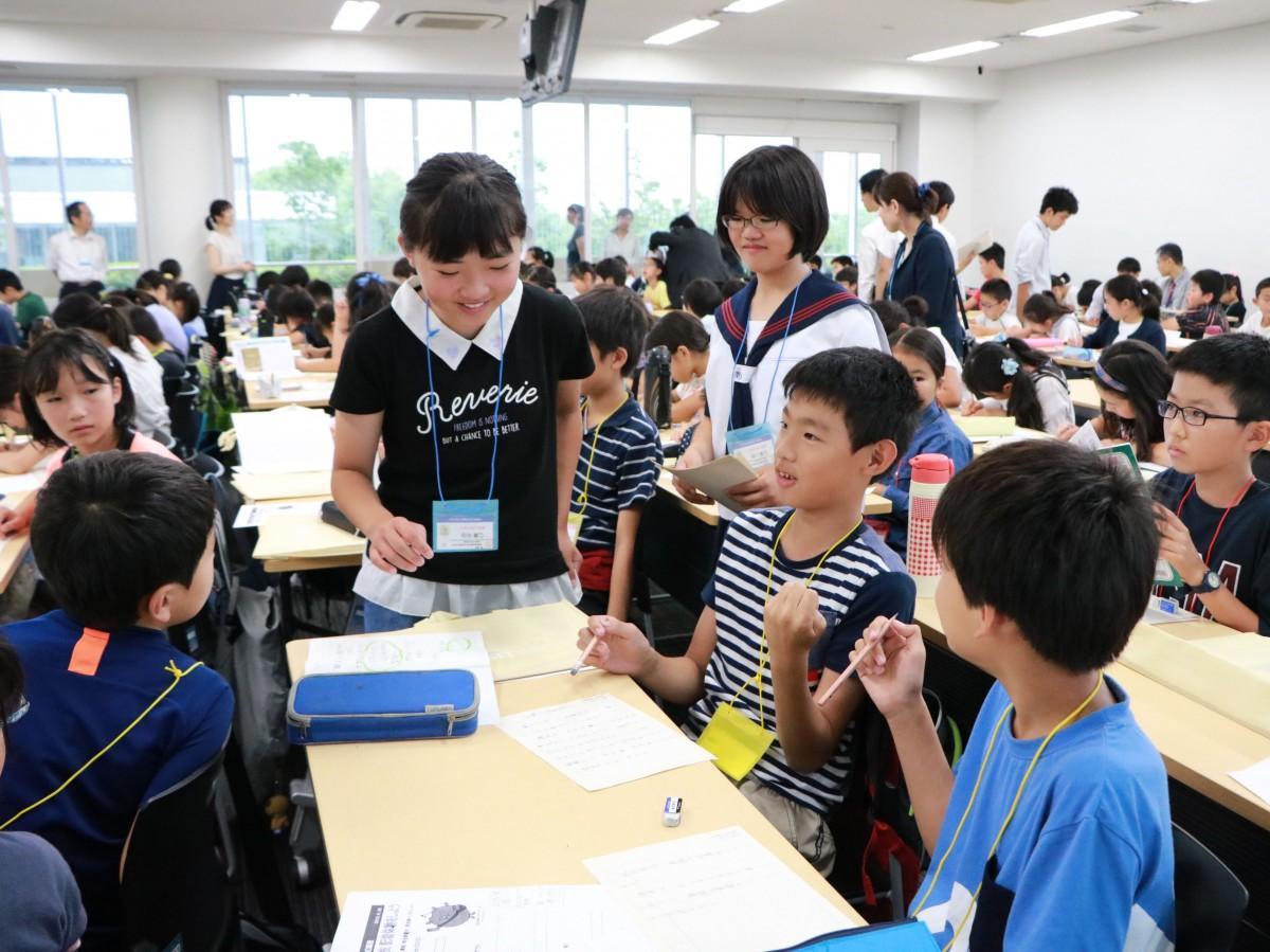 アシスタントの子ども実行委員に質問する児童たち