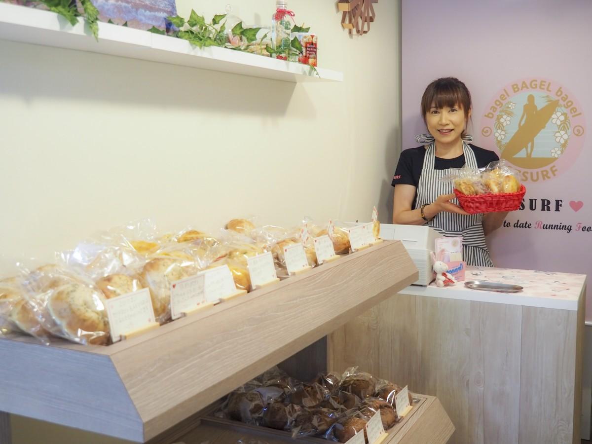 オーナーの大田和さんと焼きたてのベーグル(写真撮影:たまPhoto 玉利彰大さん)