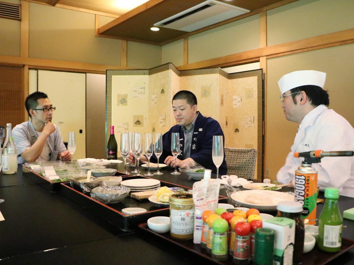素材とお酒のマリアージュを確認する作業を進める、店主の小田さん・板長の赤石さん・日本酒コーディネーターのてるじいさん