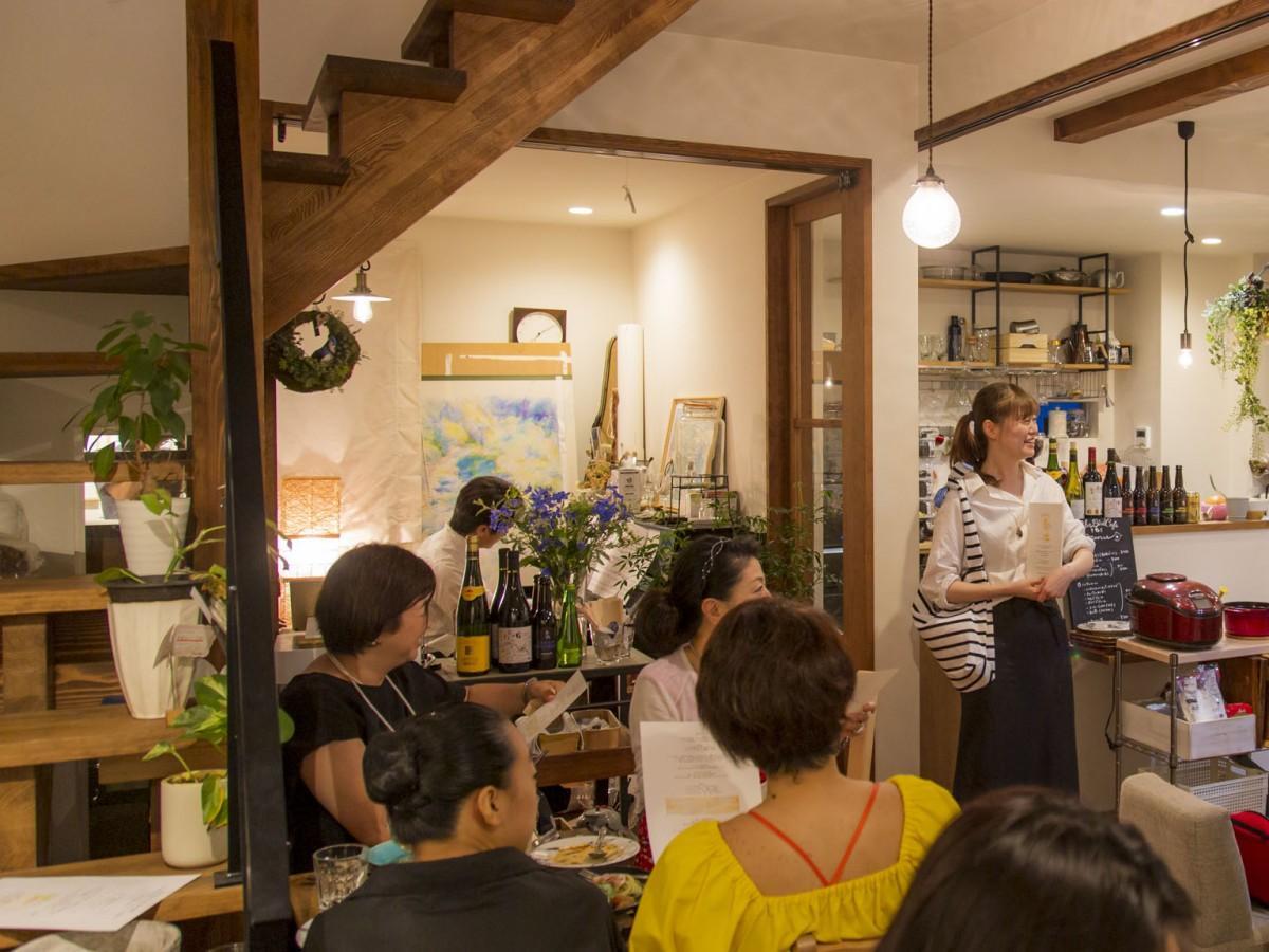 櫻庭さんのスピーチ 常連客も笑顔で祝う