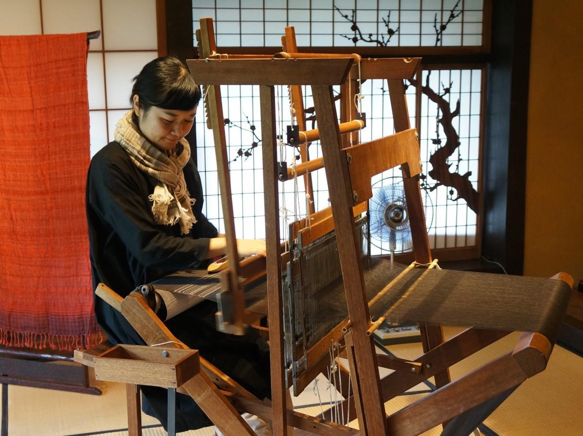 1972(昭和47)年製の機織り機で作業する和泉さん