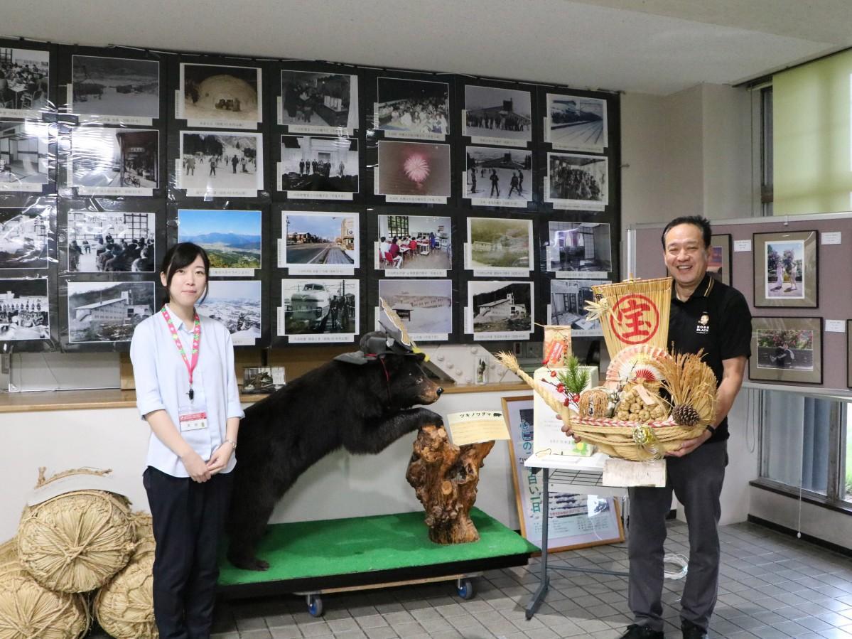 写真や熊の剥製が展示されている