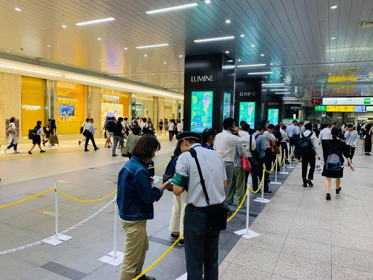 大宮駅で列を作り消費税率引き上げ前に定期を購入する人々