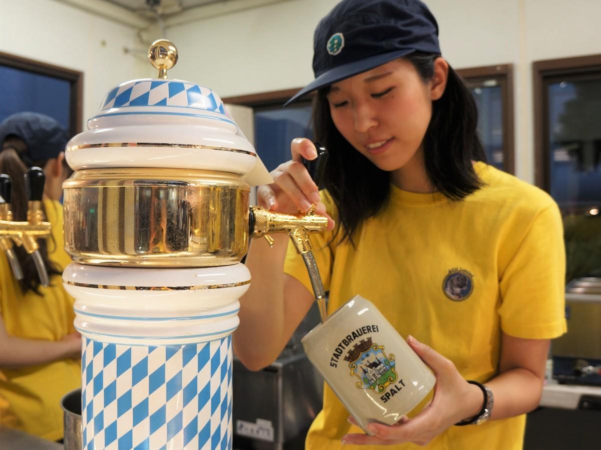 ドイツの「シュパルター プレミアムピルスNo.1」は、陶器製マグで提供される