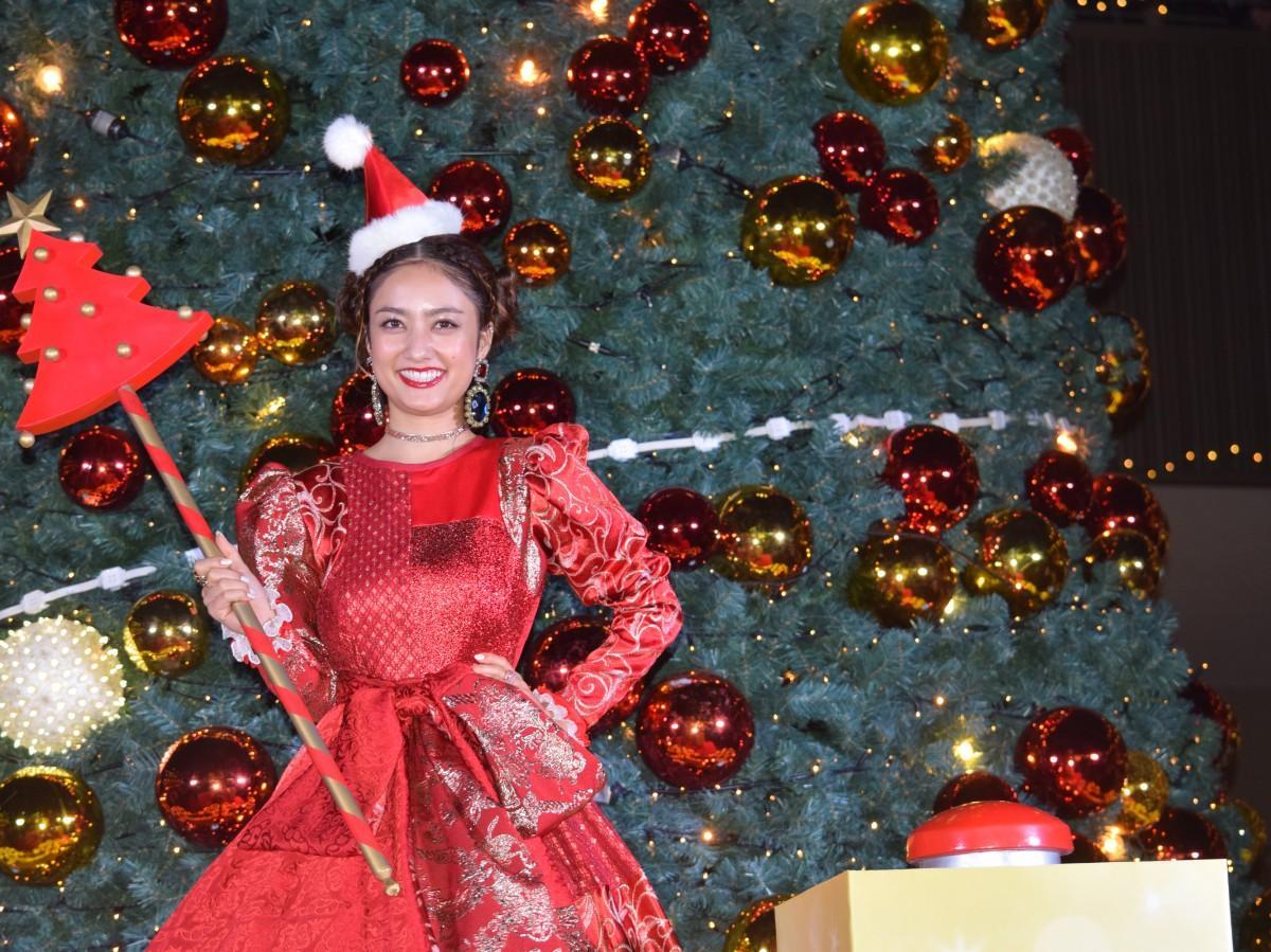 クリスマス仕様の真っ赤なドレス姿で点灯を行った谷まりあさん