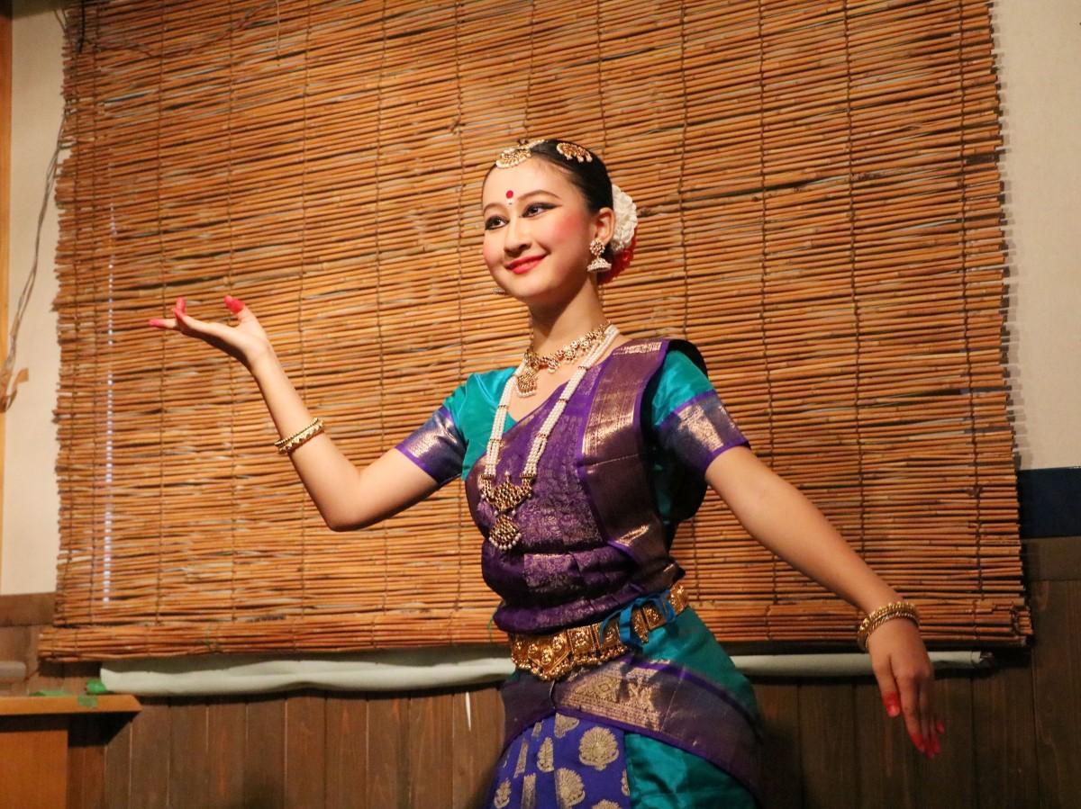 華やかな衣装を身にまとい、激しいダンスで息も切らさず踊るカナメさん