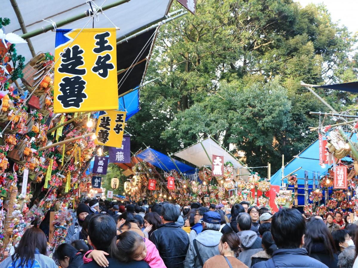 大宮氷川神社十日市の様子=大宮・氷川神社で冬の風物詩「十日市」