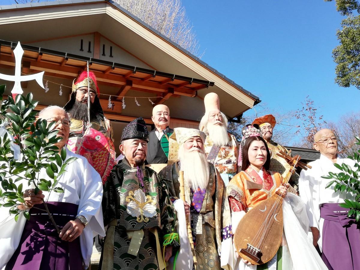 そろって記念撮影する七福神 天祖(てんそ)神社で