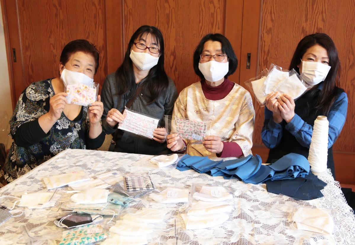 手作りマスクを作るハンドメード作家たち