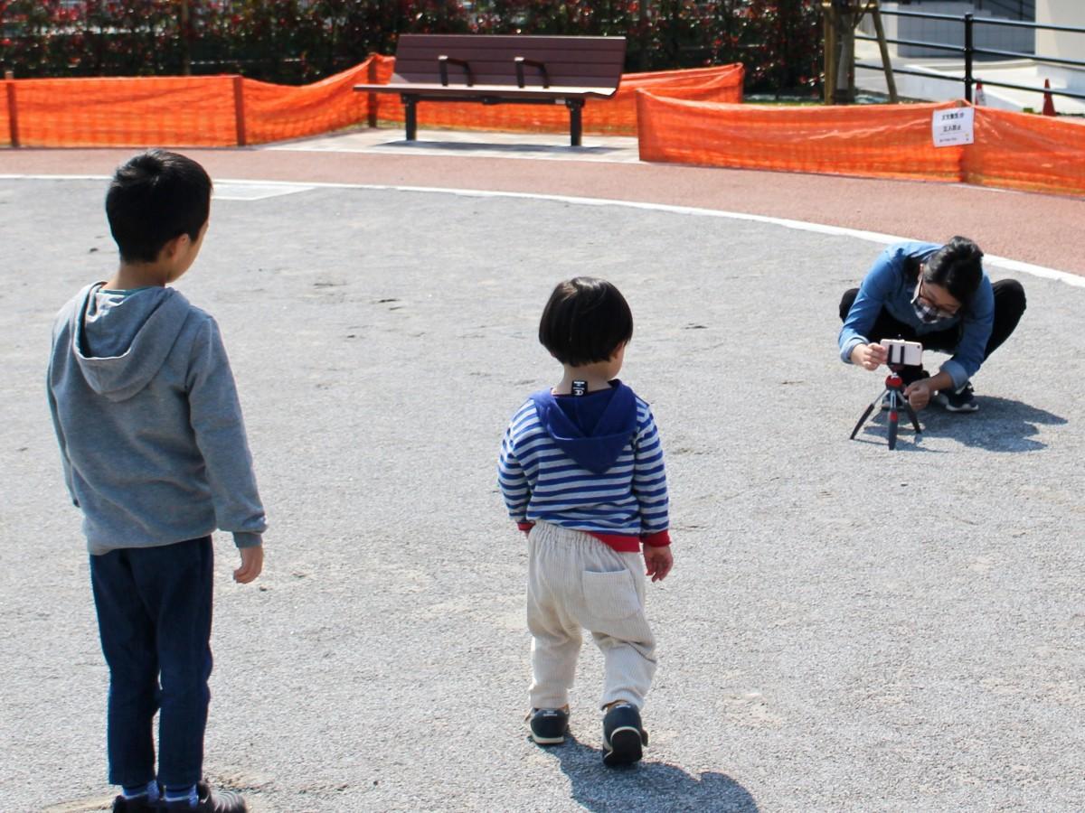 動画を撮影する中山さんと子どもたち