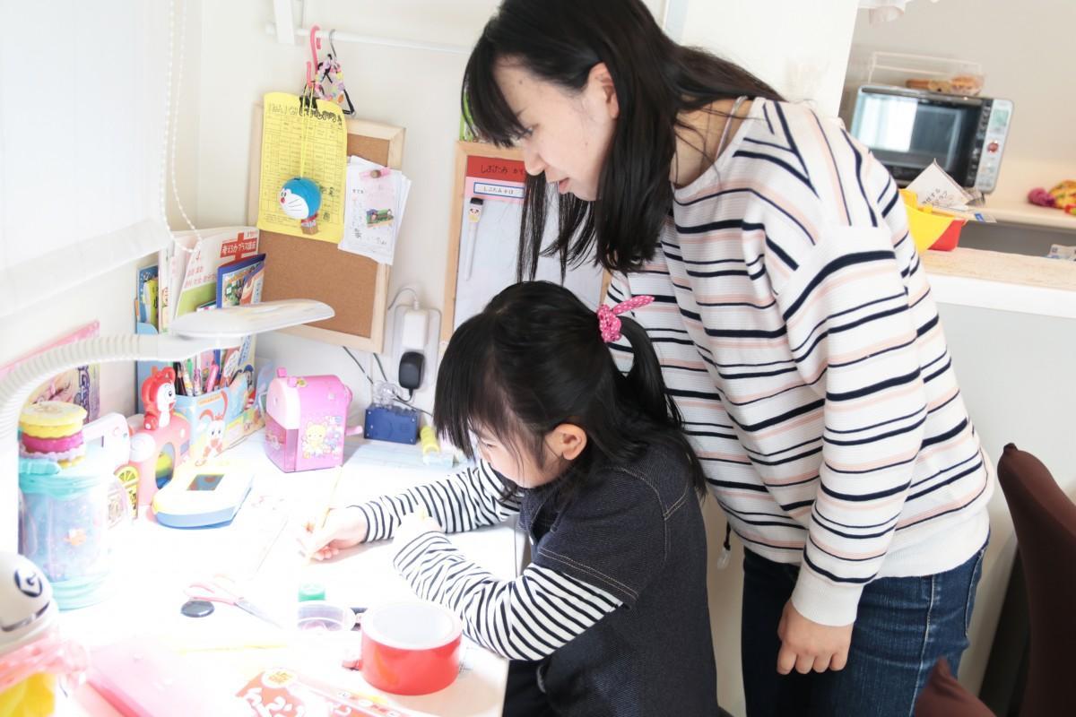 オンライン動画学習に取り組む親子
