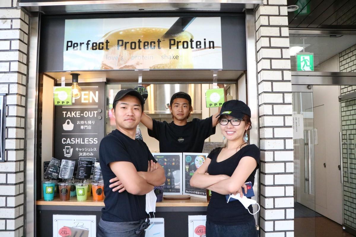 (左から)店長の植木隼平さんが弟の拳平さん、母の美樹子さん