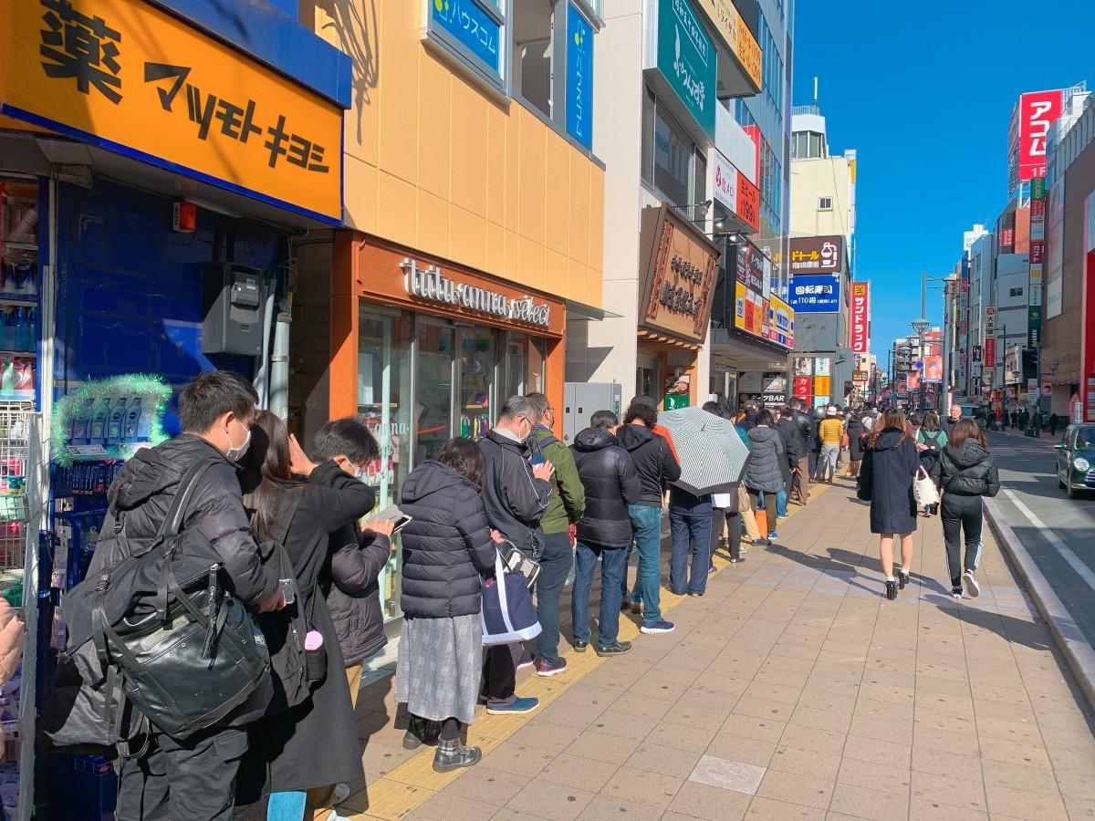 朝早くからドラッグストアの前で列を作る街の人々