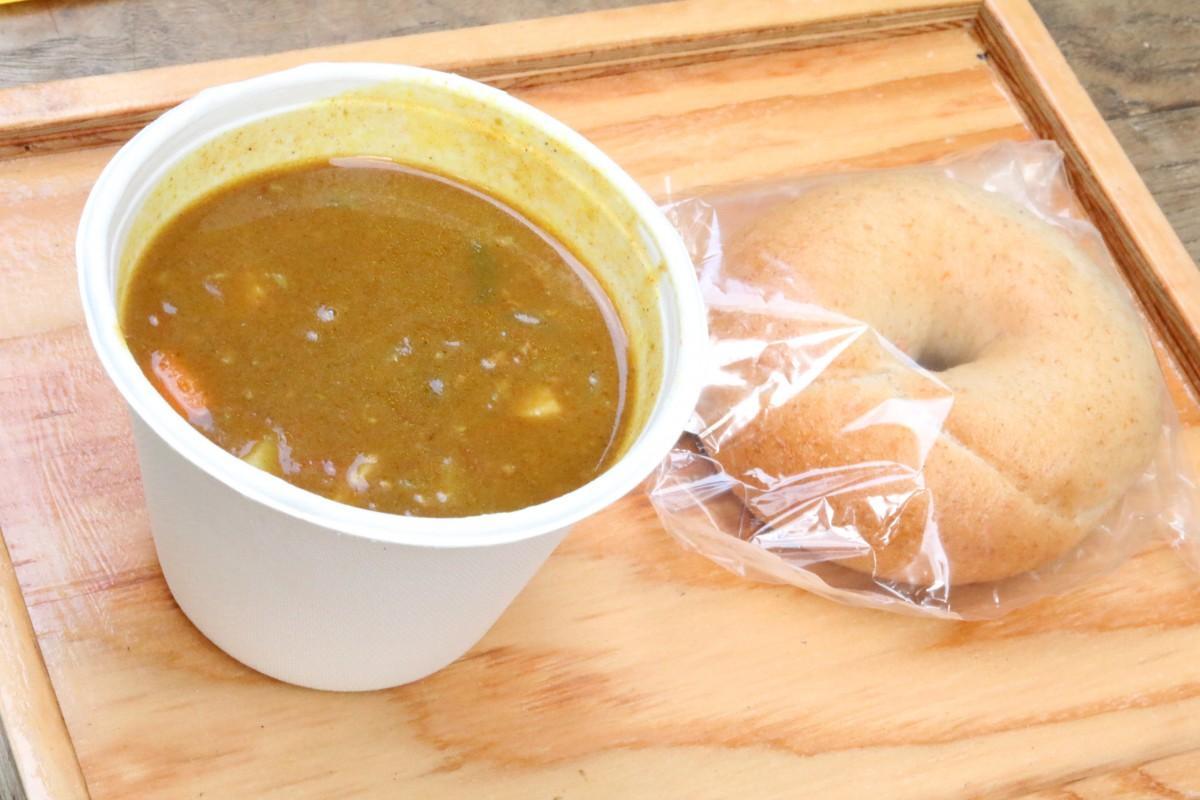 野菜がたっぷり入ったスープカレーとベーグル