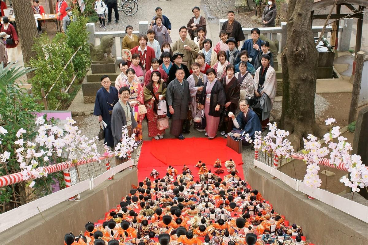 2019年、岩槻の愛宕神社の「大ひな段飾り」の前で。さいたま着物さんぽとキモノでジャックin埼玉とコラボイベント