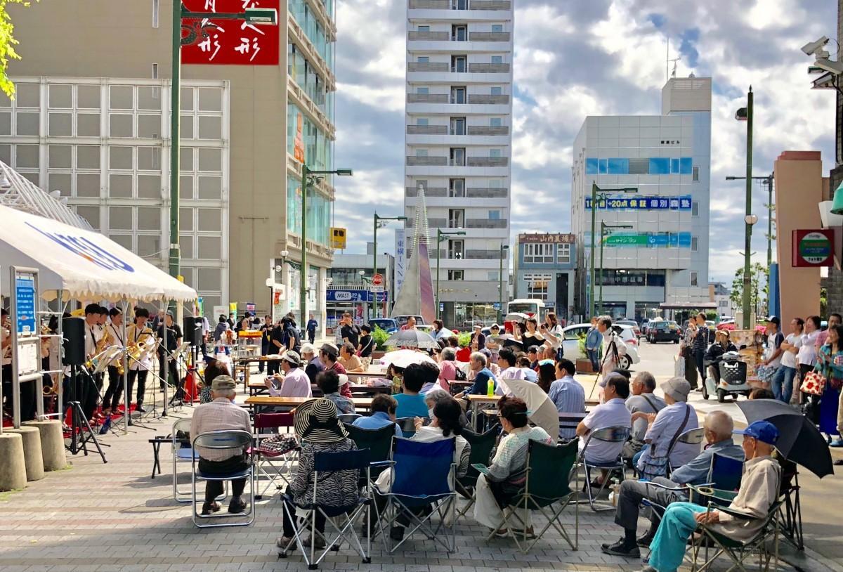 2018年春開催の様子。屋外を会場に、区民が演奏に耳を傾ける。