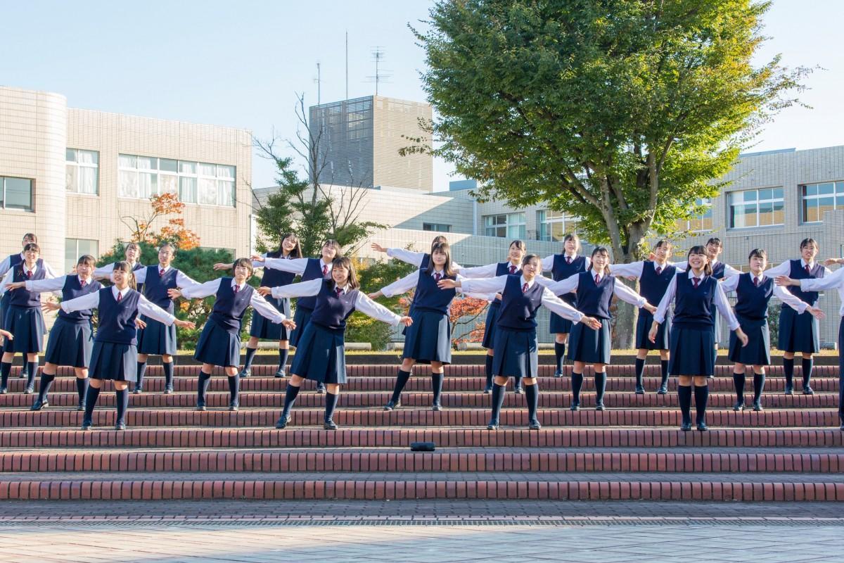 合唱の披露をする学生。パフォーマンスはオンライン上で公開される。