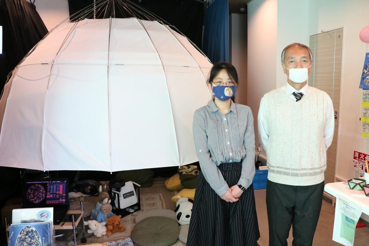 ミニ・プラネタリウムと館長の糸賀さん、学芸員の高橋さん