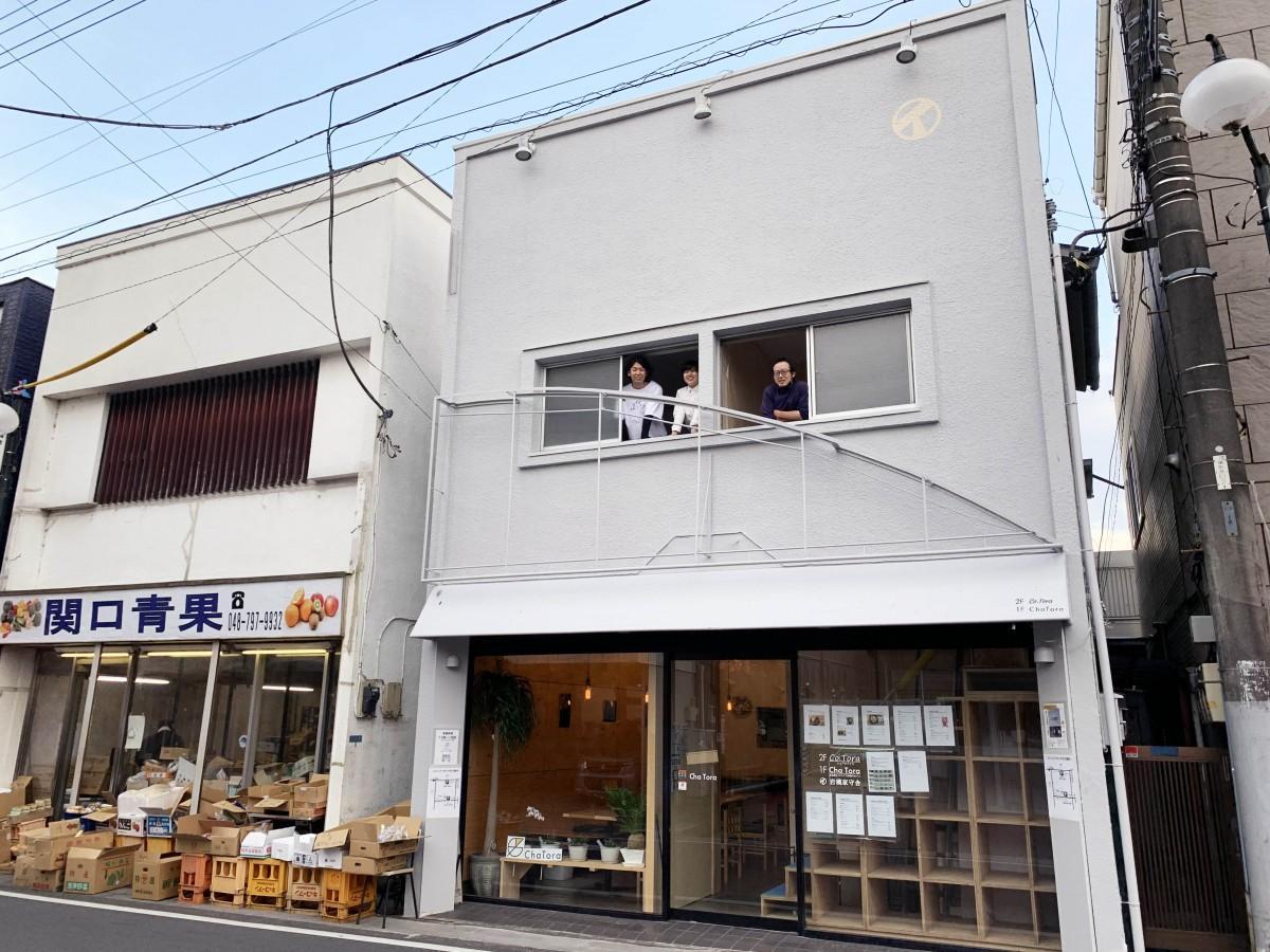 合同会社岩槻家守舎のメンバー:左から設計士の木津さんデザイナーの上村さん大工の金子さん。3人ともに岩槻出身