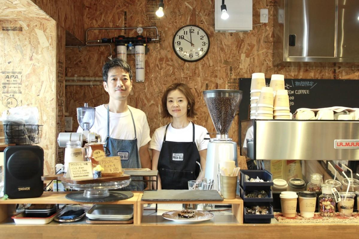 店主の湯田健也さんと妻の佐知子さん