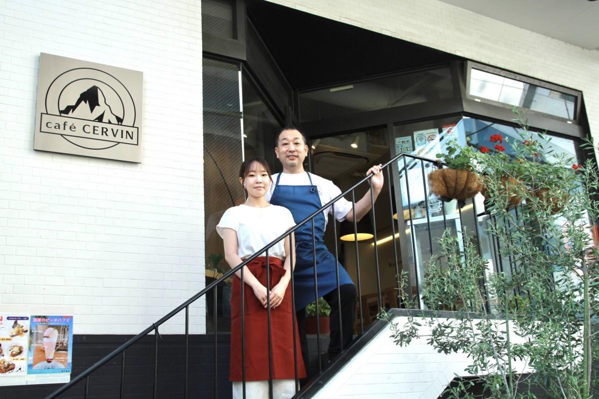 店主の石塚さんと店を手伝う娘のりささん