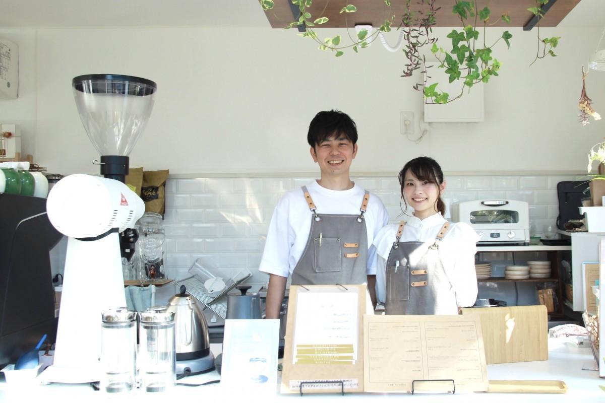 店主の川田さん(左)と共に店に立つ婚約者の西泉さん