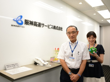 同社PA管理事業部の上坂進さん(左)と辻本明代さん(右)
