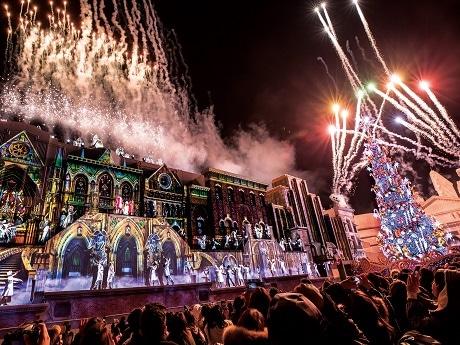 クリスマス・ライブショーのクライマックスで点灯するツリー(画像提供=ユニバーサル・スタジオ・ジャパン)