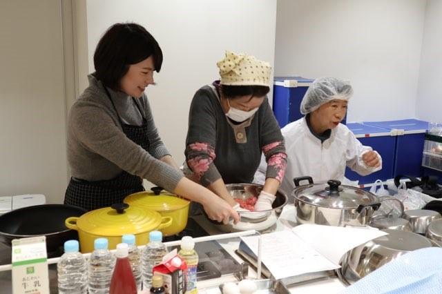 料理教室を楽しむ参加者ら