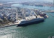 大阪港で「クイーン・エリザベス」を船から見学 船内では落語家が軽妙に大阪を案内