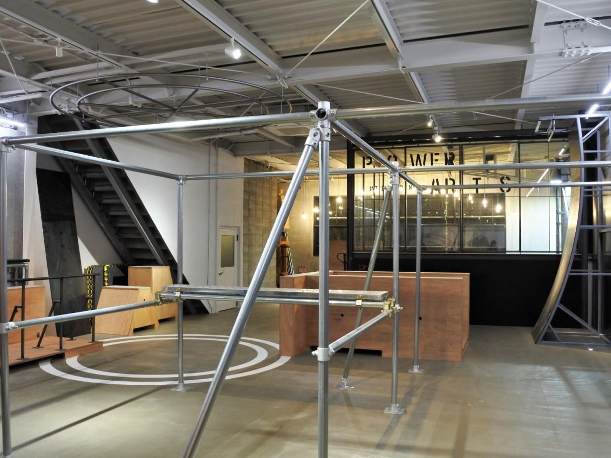 床一面コンクリートのスタジオ