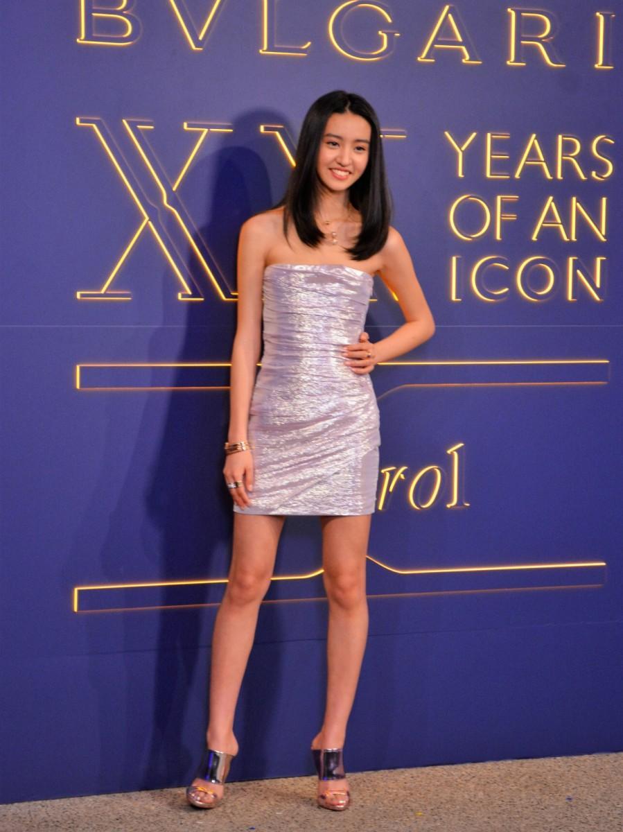 銀色のタイトなドレスで登場したKoki,さん