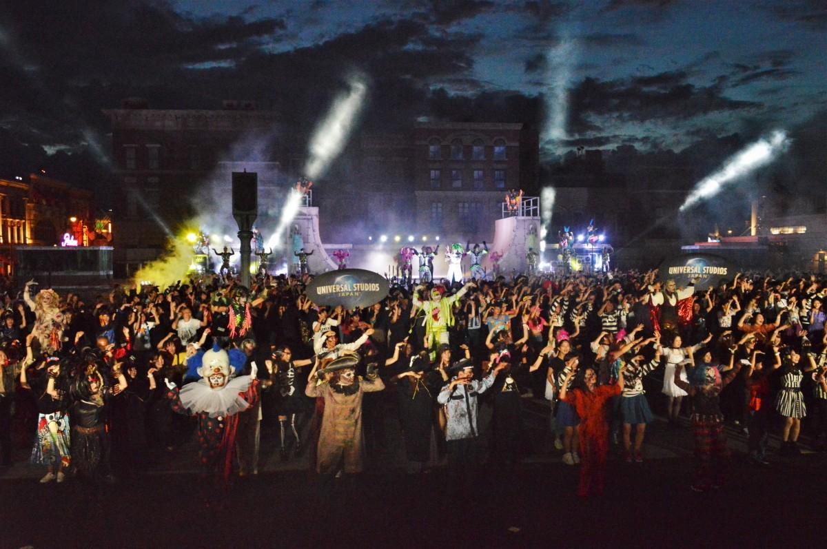 ゾンビとモンスターがゲスト約1000人と新ダンスを披露