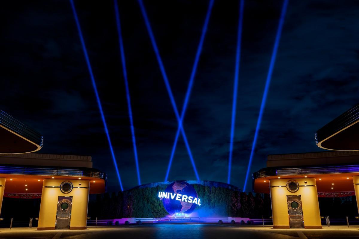 ユニバーサル・グローブを青い照明とビームで演出(画像提供:ユニバーバル・スタジオ・ジャパン)