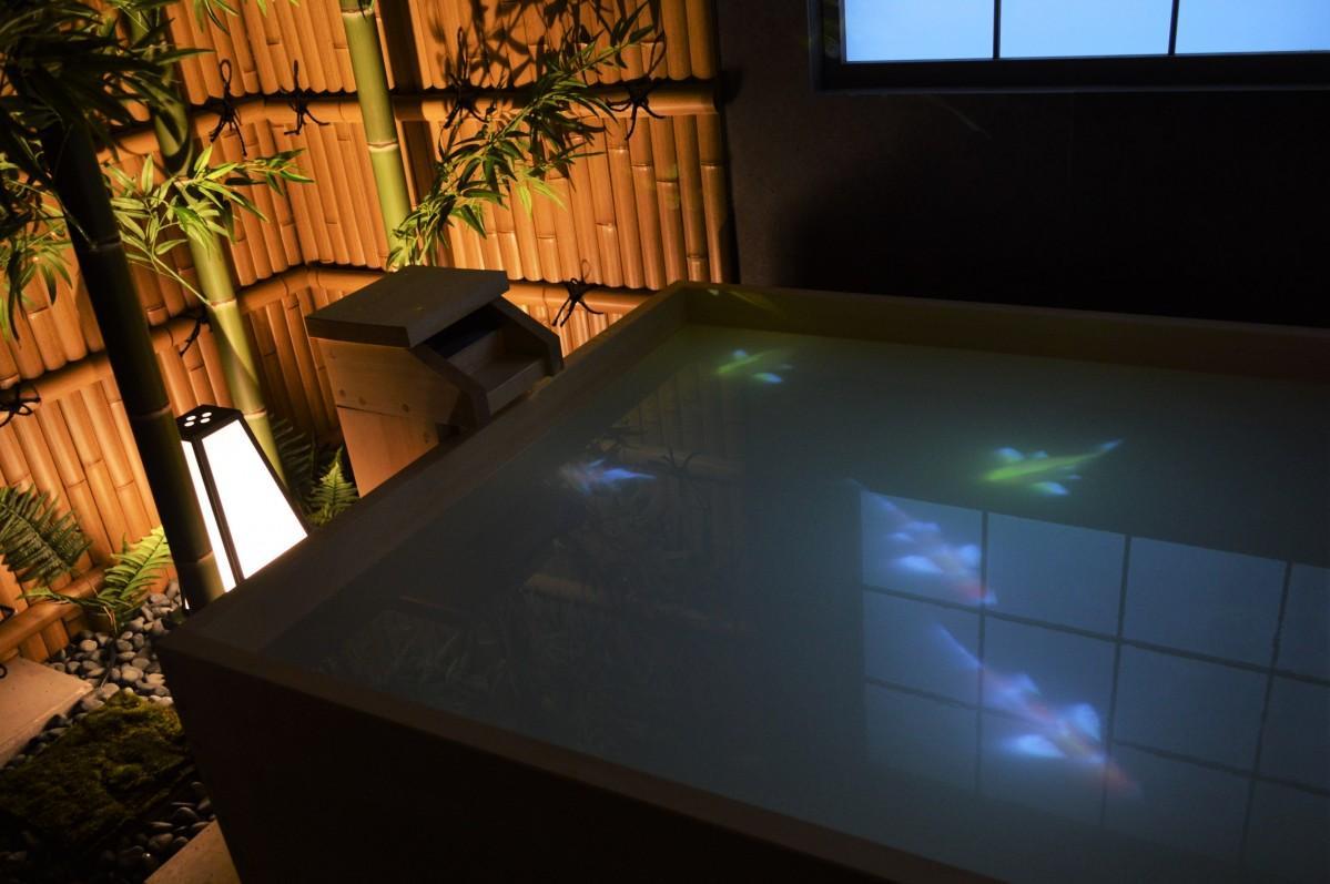 ひのき風呂にはプロジェクションマッピング投影も