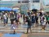 海遊館前イベント広場で「涼」イベント 1.2トンの人工雪に参加者ら興奮