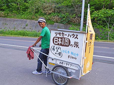 小樽・塩谷付近でリヤカーを引く志水さん