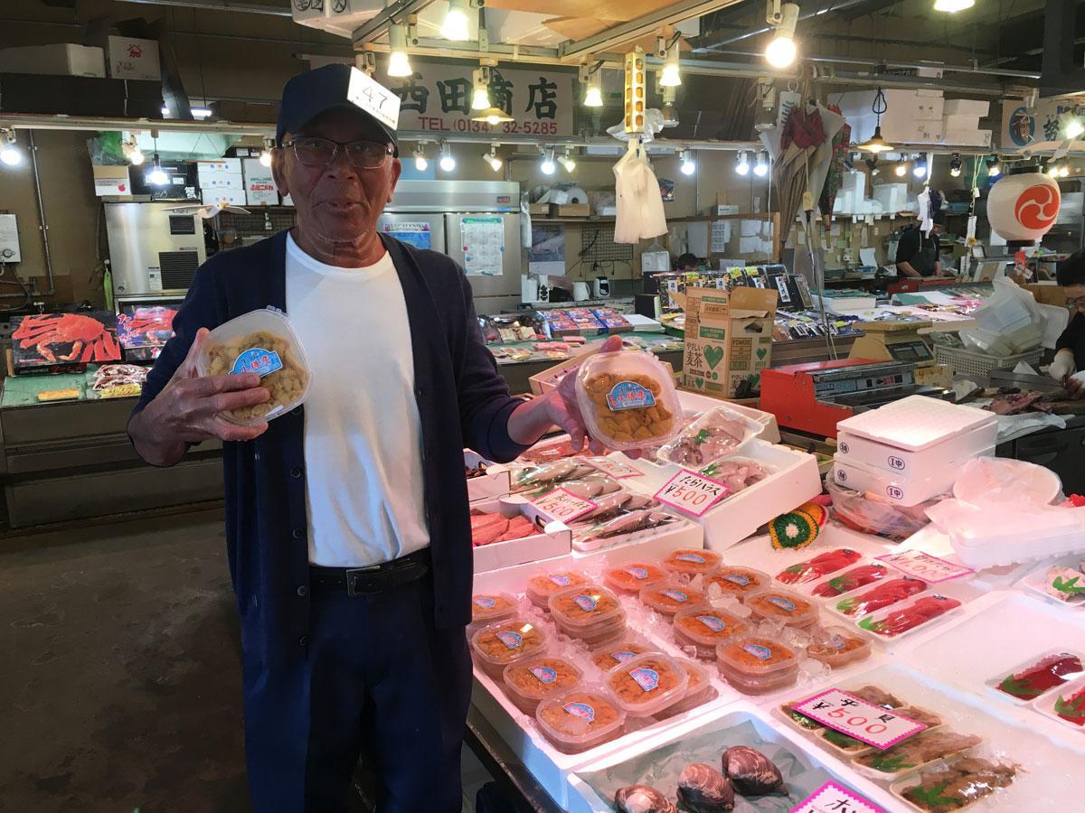 小樽産ウニを販売する鱗友朝市の様子