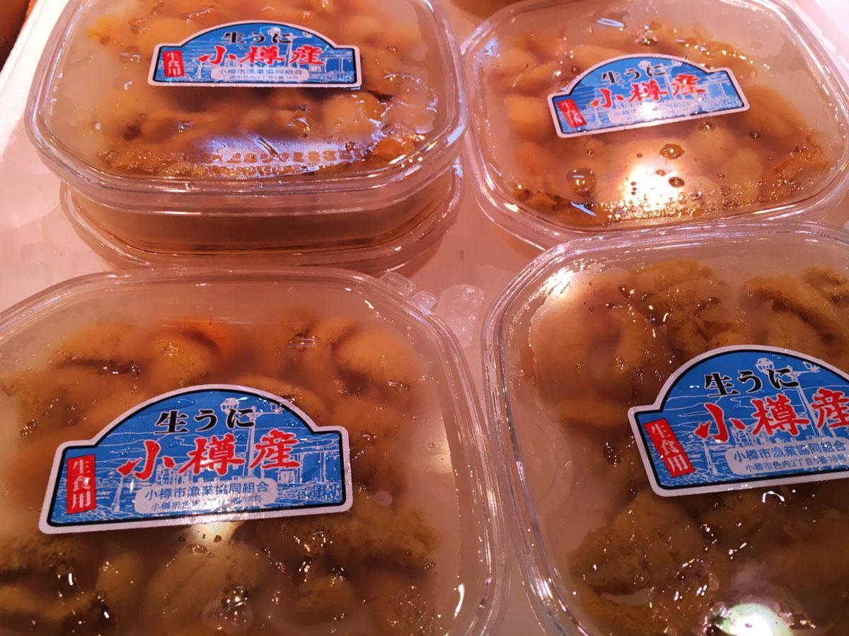 店頭に並ぶ小樽産ウニ
